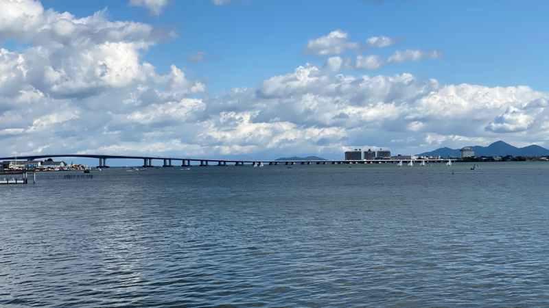 琵琶湖大橋と琵琶湖マリオットホテル