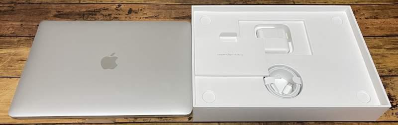 MacBookAir本体と同梱品