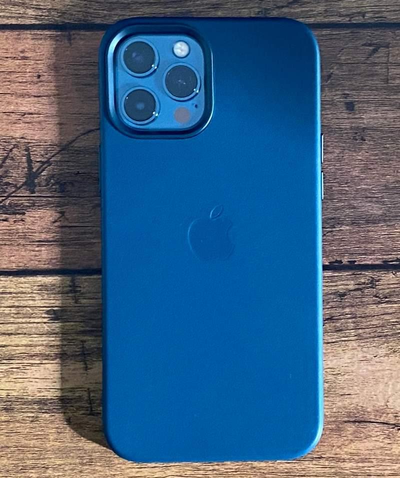 iPhone12ProMaxレザーケースと本体
